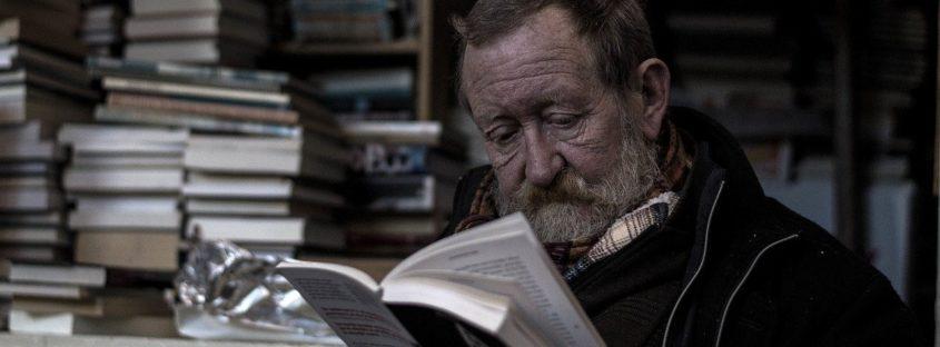 Päť osvedčených výhod čítania kníh pre seniorov